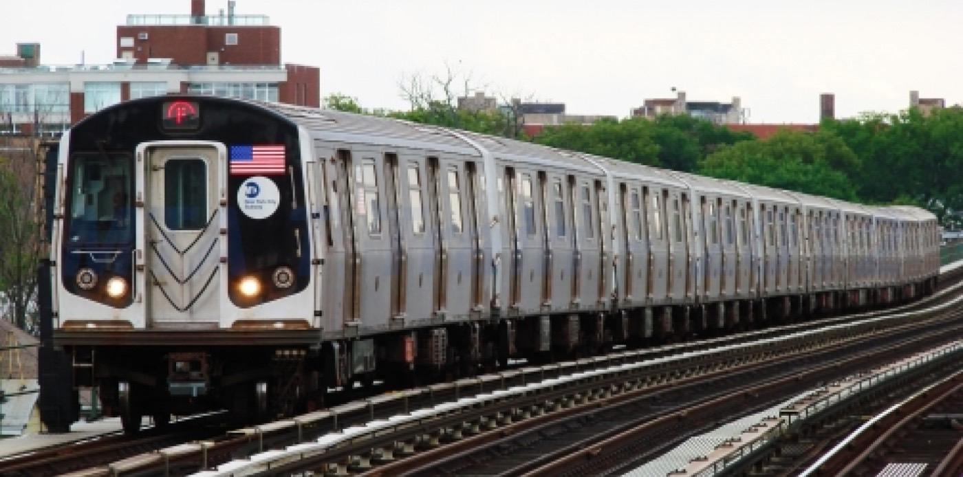 El metro de Nova York funciona les 24 hores del dia i els 365 dies de l'any, encara que a la nit i durant els caps de setmana no funcionen algunes estacions o línies i les freqüències de pas es redueixen considerablement.